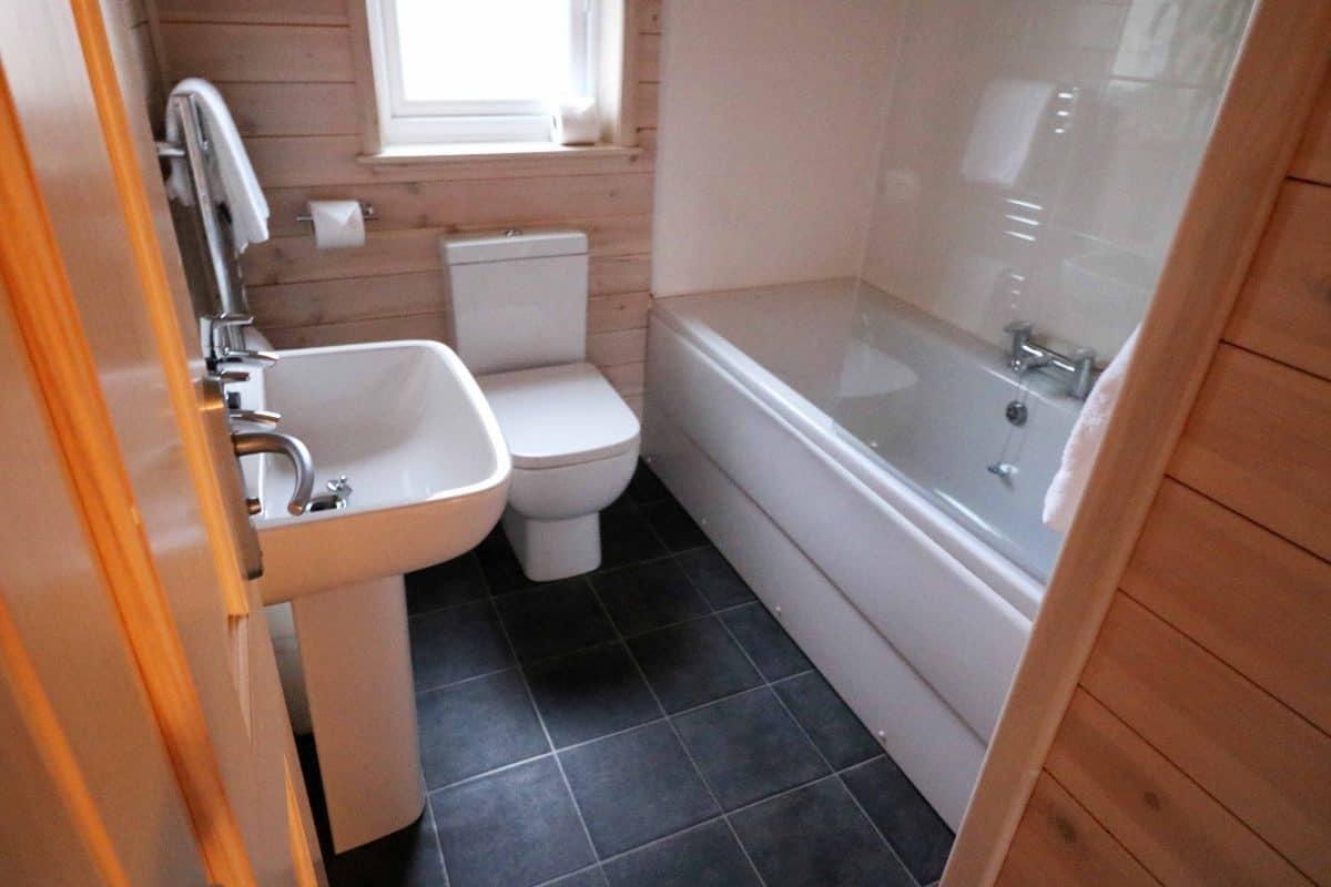Landal Sandybrook Classic Vogue Spa Lodge Bathroom